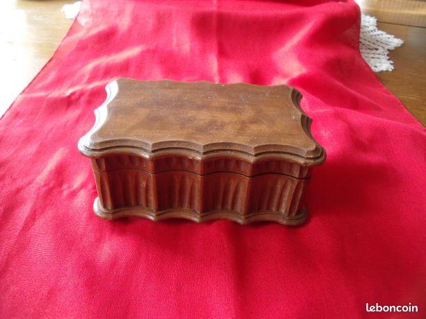 Petite boîte ancienne en bois sculpté---- 4E