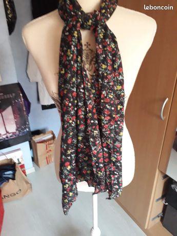 Foulard noir avec des fleurs