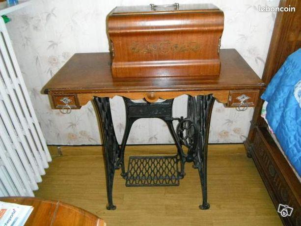 machine a coudre singer sur meuble annonces d 39 achats et de ventes. Black Bedroom Furniture Sets. Home Design Ideas