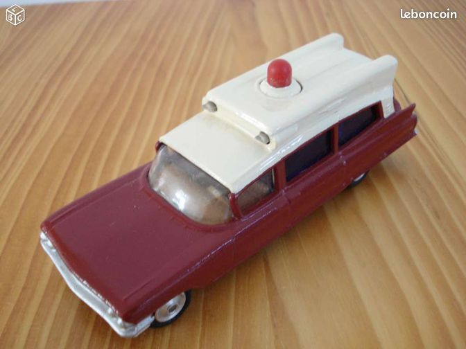 Cadillac ambulance - Guipavas - Vends Cadillac Superior ambulance. Marque Corgi Toys 1/43 ième. Idem Dinky Toys, Solido, Norev. Carrosserie et chassis en métal. Repeinte. Chassis vissé. Vitrages et pneus caoutchouc en parfait état. Girophare non d'origine. Manque sur chas - Guipavas