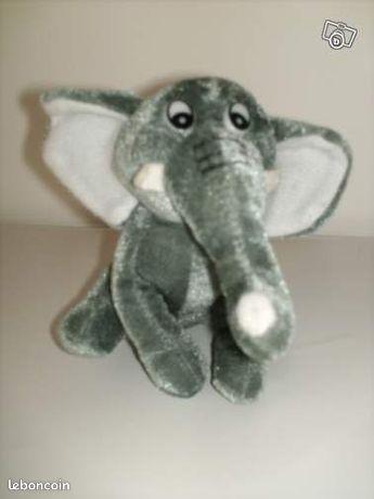 Peluche éléphant gris fonçé Neuf (maé) - Angoulins - - Superbe peluche éléphant de couleur gris fonçé. Tête et corps mou Mesure environ 15cm Excellent état, Neuf. Envoi possible en tarif lettre pour 1 euro de plus. Pour voir mes autres ventes tapez maé.  - Angoulins
