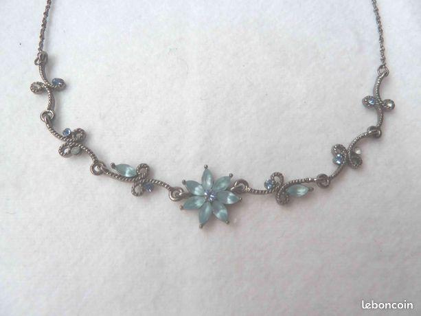 Collier avec chaine argentée et strass bleus