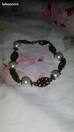 Bracelet style shabby chic métal bronze & perles - Lognes - Bracelet style shabby chic métal bronze & perles Inspiré de l'époque victorienne, ce bracelet très féminin est composé de perles nacrées Swarovski (6 mm) du plus belle effet sur le poignet, elles sont intercalées avec des connecteurs à m - Lognes