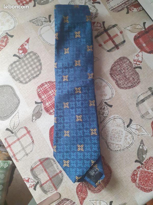 Cravate rochas paris, soie, très bon état