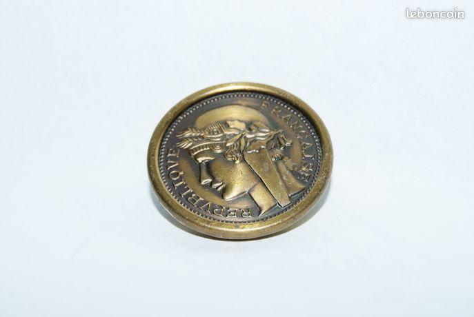 Jolis boutons (répvubliqve française) - Vierzon - 3 jolis boutons en métal: REPVUBLIQVE FRANCAISE , ils sont en très bon état je les vends : 6 euros les trois merci à vous de me contacter par mail  - Vierzon
