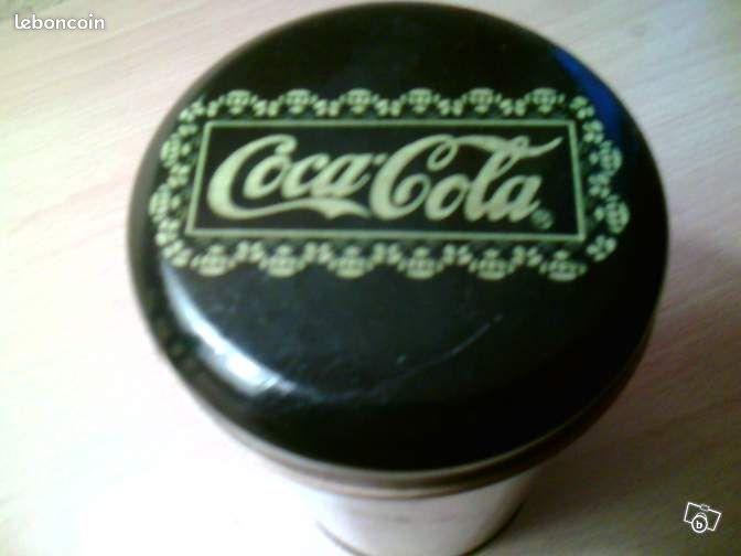 Coca-Cola – Boite en Fer - 1991 - Le Havre - Collections - Coca-Cola -- Boite en Fer - Couleur : Noire avec Motifs - 1991 - Diamètre : 90 Mm - Hauteur : 170 Mm Objet d'Occasion Frais de Port à la Charge de l'Acquéreur Indiquez vos Coordonnées Téléphoniques - Merci  - Le Havre