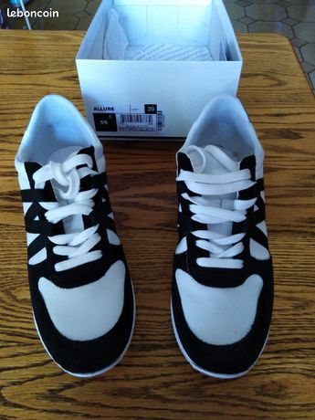Chaussures baskets blanches /noires femme pointure 39