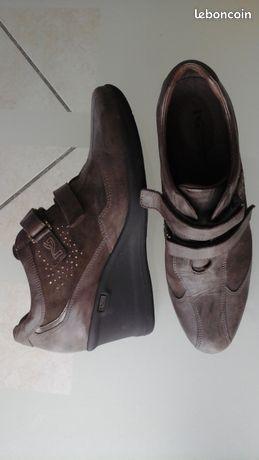 Chaussures italiennes Nero giardini neuves - Saint-Lyphard - Je vous propose cette paire de chaussures style boots bottines fermés à scratchs Élégante et raffinée tout cuir Talon 5,5 cm environ couleur marron - pointure 40 Made in italy Marque NERO GIARDINI OU NG neuves Prix 80 euros Envoir pos - Saint-Lyphard