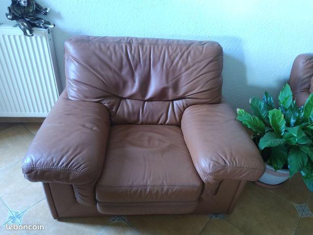 Deux fauteuils en cuir  un canapé  un meuble télé chêne massif