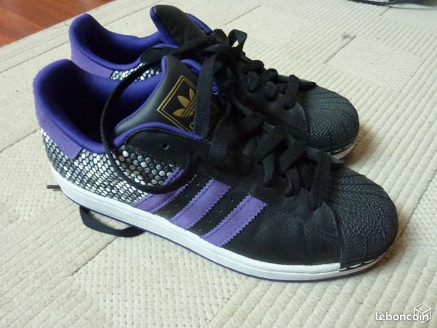 pretty nice 6e55a c4867 Chaussures ADIDAS noire avec bandes mauve