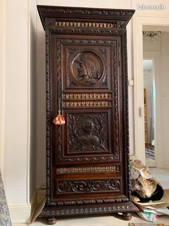 Ancienne BONNETIÈRE BRETONNE en bois massif, armoire richement sculptée. Début XXème