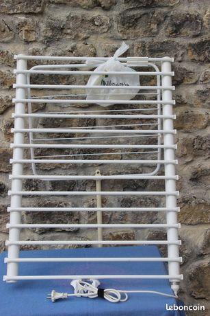 Radiateur électrique sèche serviettes salle de ba - Saint-Laurent-sur-Mer - Radiateur électrique sèche serviettes salle de bains Se déplie du mur pour augmenter la surface de séchage. 82 cm/ 60 cm. En T bon état  - Saint-Laurent-sur-Mer