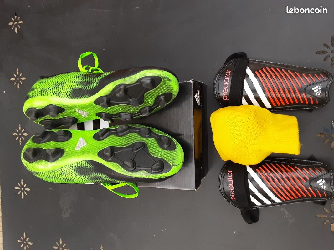 Chaussures de foot adidas point 38,5 + protèges tibia adidas+ chaussettes offertes