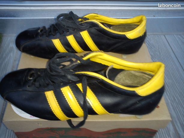 Chaussures de football - Yvrac - vends une paire de chaussures de football en cuir et en bon état possibilité de les récupérer secteurs St André de Cubzac 33240 et Ribérac 24600  - Yvrac